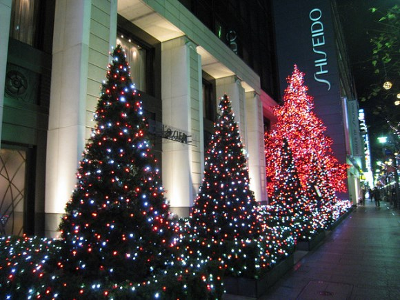 Iluminasi di Ginza: Pohon natal di setiap toko