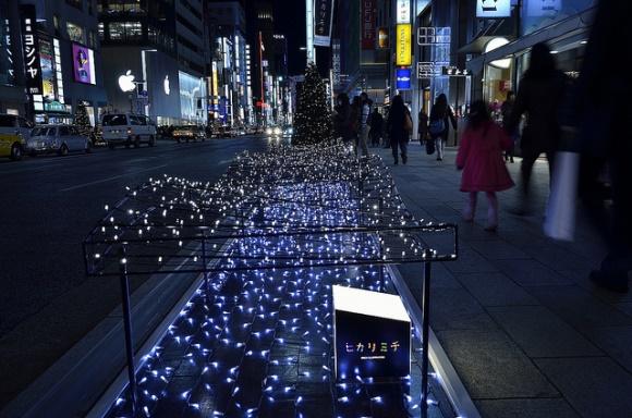 Iluminasi di Ginza di sepanjang trotoar