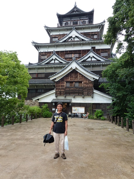Berfoto di depan Hiroshima Castle