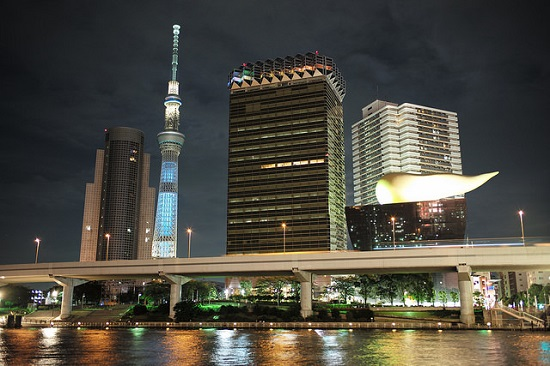 Berfoto di tepi Sungai Sumida berlatar belakang Tokyo Sky Tree