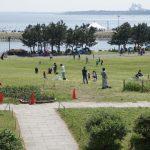 Bermain di pinggir pantai Taman Kasai Rinkai