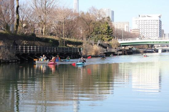 Bermain kanoe di sungai Sumidagawa