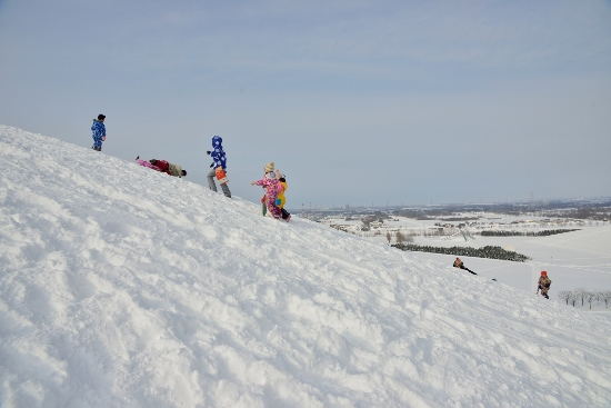 Bermain salju di Moerenuma Snow Park Sapporo