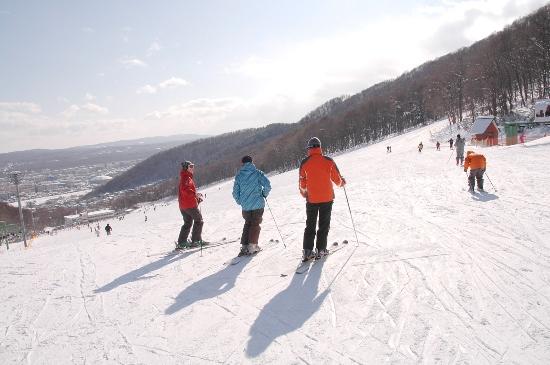 Bermain ski di Moiwa Ski Resort