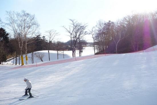 Bermain ski di Snow Town Yeti