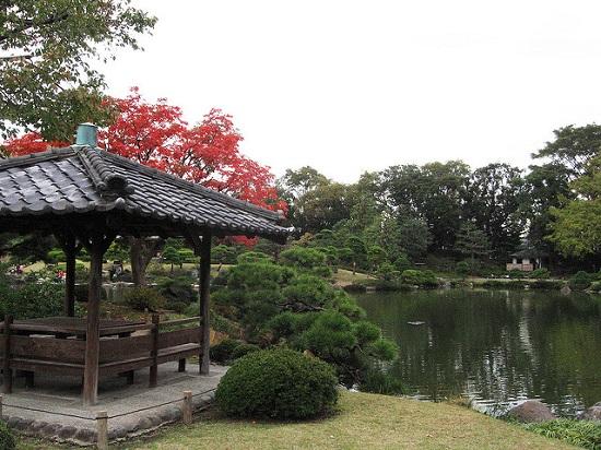 Bersantai di gazebo Kiyosumi Garden Tokyo