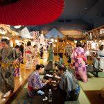 Bersantai makan sambil memakai yukata
