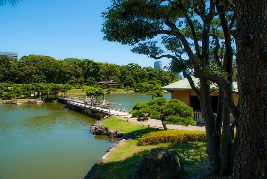 Bersantai menikmati keindahan Taman Hama Rikyu