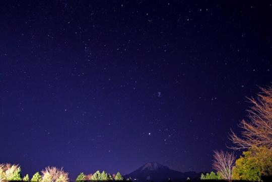 Bintang malam dan Gunung Daisen dari Tottori Hanakairo