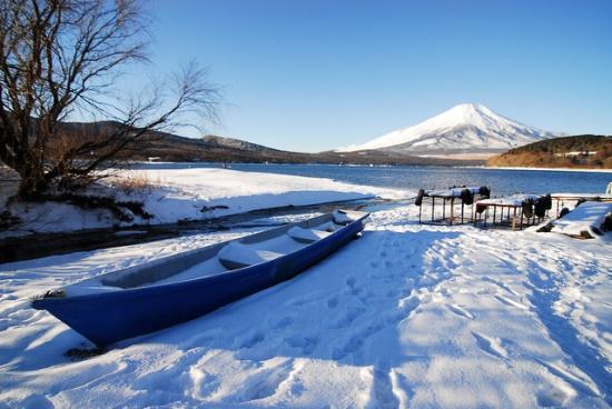 Danau Yamanaka membeku di musim dingin