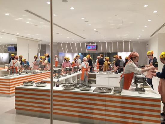 Dapur membuat cup noodles di Museum Ramen Yokohama
