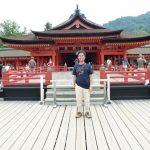 Di depan bangunan utama Kuil Itsukushima