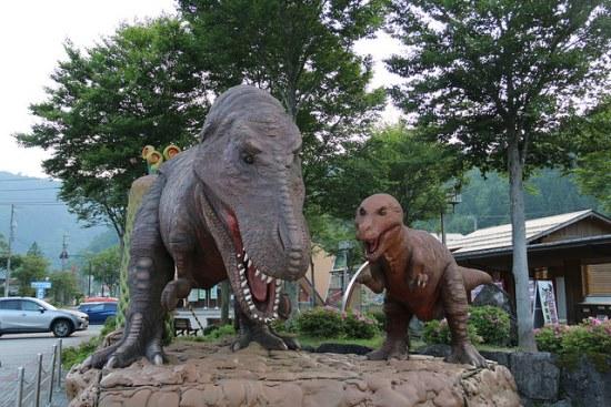 Dinosaurus di depan stasiun Fukui