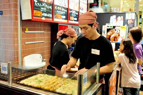 Pedagang takoyaki di Dotonbori Street Osaka