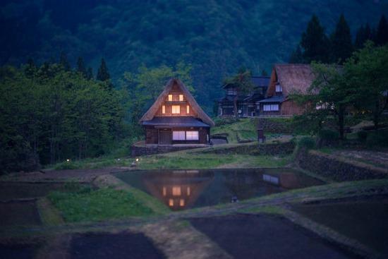 Foto satu rumah tradisional saat Gokayama Illumination