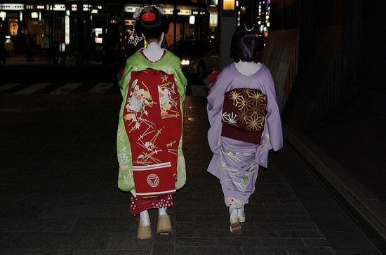 Geisha terlihat sedang berjalan di Gion malam hari
