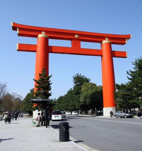 Gerbang Torii di depan Kuil Heian Jingu