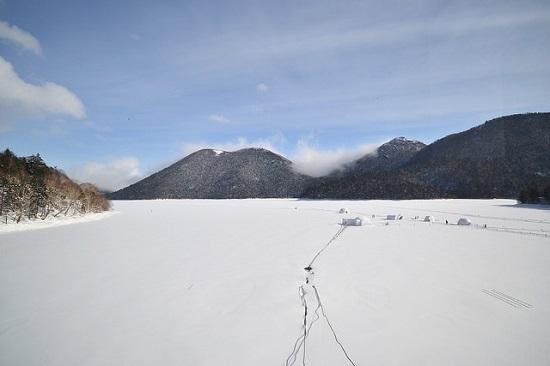 Hotel es di Danau Shikaribetsu pada musim dingin