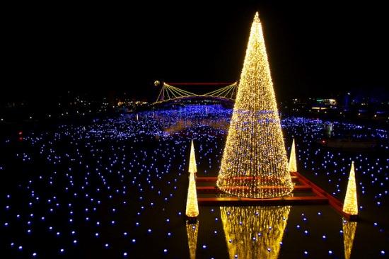 Iluminasi Amanogawa di Taman Kansui Toyama