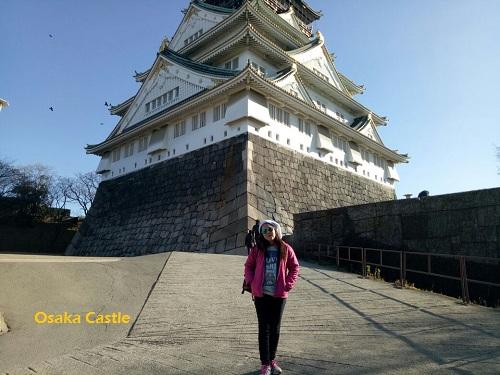 Itinerary Tokyo Osaka Shirakawago berfoto di Osaka Castle