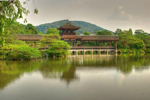 Jembatan Taiheikaku di Kuil Heian Jingu