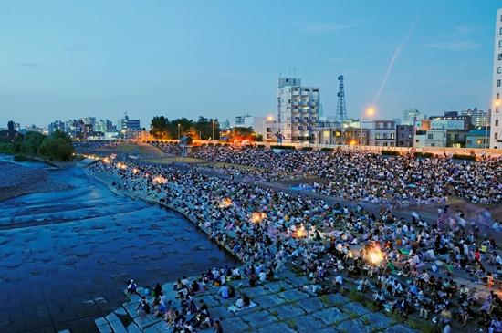 Keramaian saat Festival Kembang Api Toyohira