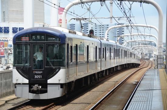 Kereta Keihan yang menghubungkan Kyoto dan Osaka