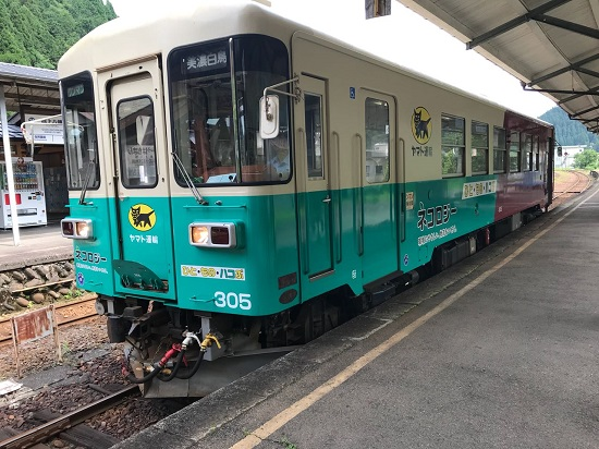 KeretaNagaragawa Railway di Stasiun Gujo-Hachiman