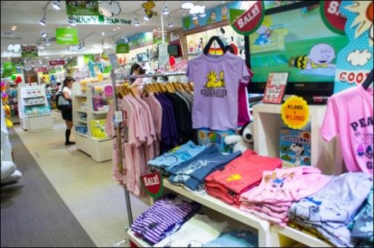 Kiddy Land Omotesando Harajuku: kaus Peanuts and Snoopy