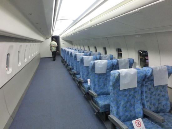 Kita bisa melihat bagian dalam Shinkansen juga