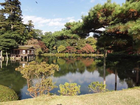 Kolam di tengah Taman Kenrokuen Kanazawa