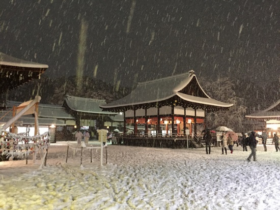 Kuil Shimogamo saat salju turun