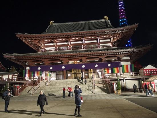 Kuil Zojoji di malam hari