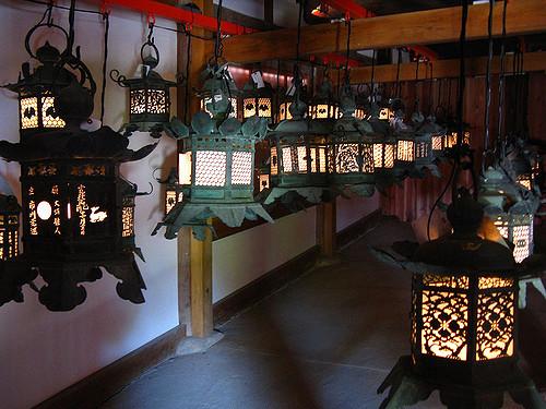Lentera tulisan jepang koleksi Museum Nasional Nara