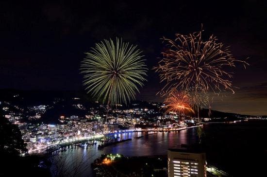 Melihat festival kembang api musim panas dari kastil Atami