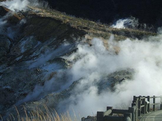 Melihat kawah aktif Owakudani di Hakone