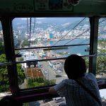 Melihat pemandangan kota dari Atami Ropeway