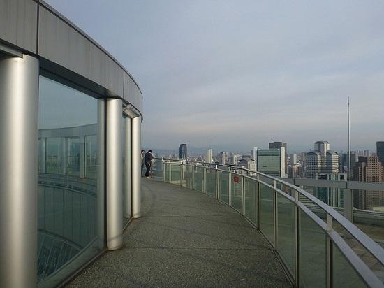 Melihat pemandangan kota dari Umeda Sky Building Osaka