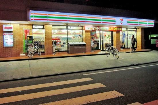 Membeli makanan di minimarket di Jepang