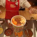 Membuat cup noodles sendiri di Museum Ramen Yokohama