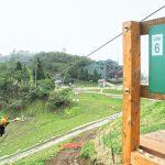 Mencoba naik zipline di Biwako Valley