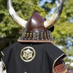 Mengenakan kostum samurai