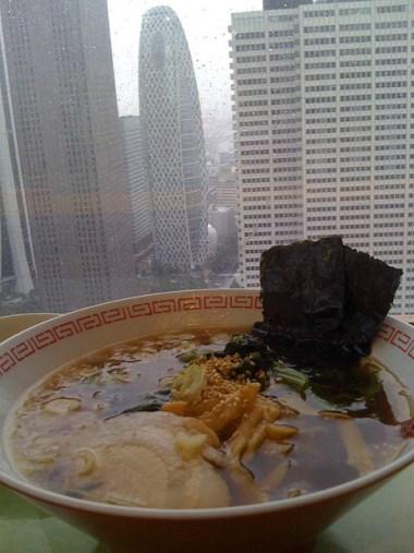 Menikmati makan siang di Gedung Pemerintahan Tokyo Metropolitan