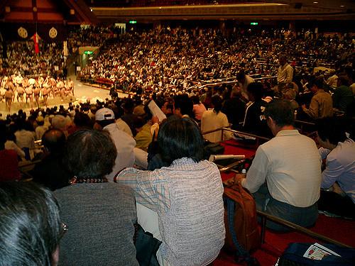 Menonton pertandingan di Stadium Sumo Tokyo