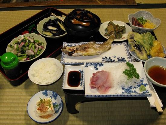 Menyantap makan malam di Gokayama