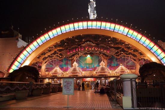 Meriahnya Sanrio Puroland di malam hari