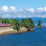 Naik kereta di tepi Pantai Amaharashi