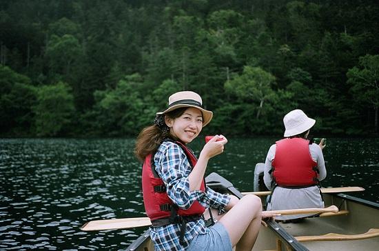 Naik perahu mengitari Danau Shikaribetsu Hokkaido