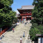 Naik tangga menuju Kuil Tsurugaoka Hachimangu di Kamakura
