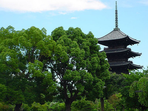 Pagoda Kuil Toji diantara pepohonan